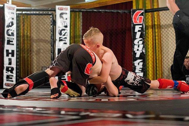 Alfie geçtiğimiz yıl Haziran ayında ilk dövüşüne katıldı. Bu zamana kadar dört ay eğitim almıştı. Müsabakayı yalnızca 22 saniyede kazandı. Babası da oğlunu ringde izlemeye gitti.