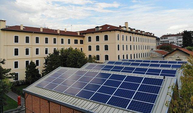 Okulun içindeki marangozhanenin çatısına kurulan ve 104 adet fotovoltaik panelden oluşan Güneş Enerjisi Santrali, yıllık elektrik tüketiminin yüzde 10 ila 12'sini karşılayacak.