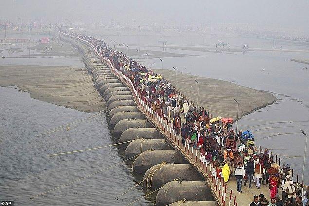 Hinduların mega festivali Kumbh Mela, kutsal nehirlerde günahlarından arınıp ölümsüzlüğe erişmek için yıkanan milyonlarla dolup taşıyor.