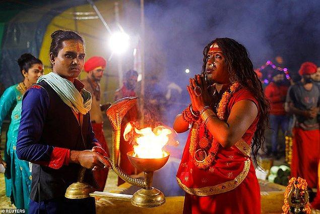 Kinnar Akhara üyeleri dualarını ediyorlar.