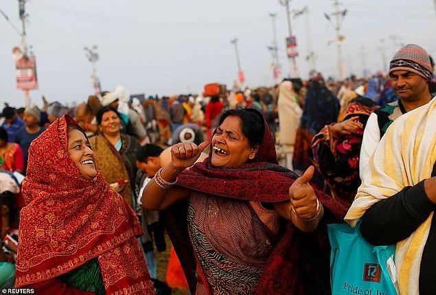 Kutsal dalışın ardından insanlar dans ediyor.