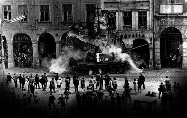 1989: Sovyetler Birliği'nin, Prag Baharı olarak adlandırılan olaylar sonucunda Çekoslovakya'yı işgalini protesto etmek için kendini yakan Çek öğrencinin mezarına çiçek koyan yazar Vaclav Havel, 9 ay hapse mahkum oldu.