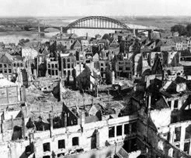 1944:ABD savaş uçakları, Hollanda kentleri Nijmegen, Arnhem, Enschede ve Deventer'i yanlışlıkla bombaladı; sadece Nijmegen'de 800 kişi öldü.
