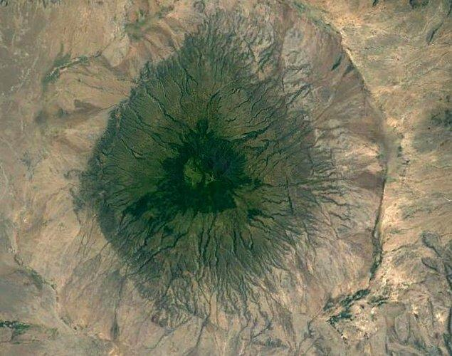 """10. """"Tanzanya'daki Büyük Rift Vadisi'nde bir volkan. Daha nemli iklime, dolayısıyla yeşile sahip olacak kadar yüksek."""""""