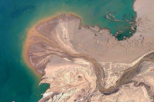 """23. """"Tibet, Ayyakum Gölüne harika bir delta inşa edildi. Nehir Google'da isimsiz. Dağlardan güneye inen kar sularıyla beslenir. Nehrin kuzeybatısında bazı izole kum tepeleri görebilirsiniz. Bu tür kumulların bir adı var ama ne olduğunu hatırlayamıyorum."""""""