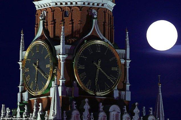 15. Normalde olduğunun yüzde 14'ü kadar daha büyük ve yüzde 30'u kadar daha parlak olan Süper Ay ve Kremlin Sarayı, Moskova