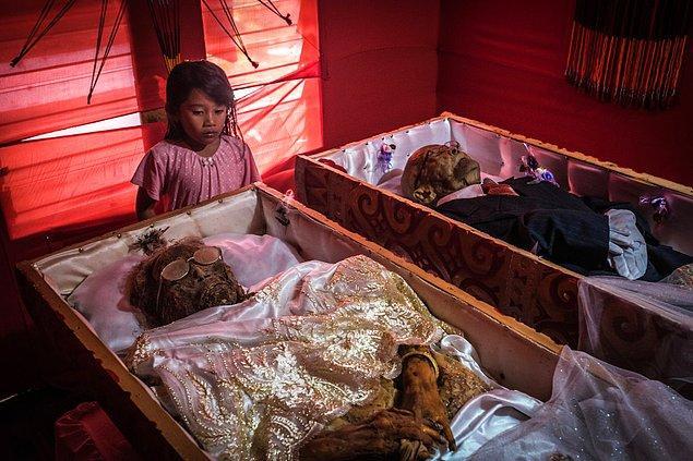 Troja kabilesi ölen akrabalarını, cenazeye kadar ya evlerinde tutuyorlar ya da onlar için yapılan özel odalarda bekletiyorlar.