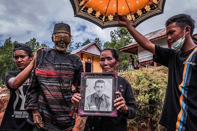 Ölüler aynı zamanda, ölmeden önceki hallerine ait portreleri ile fotoğraf da çektiriyorlar.