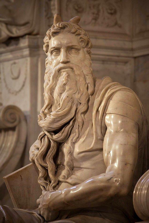 Mermer sabit şekilde dururken bile Musa'nın sakalı sanki hareket halinde gibi görünüyor. Musa'nın kolları ve gövdesi, her an atağa kalkmaya hazır bir pozisyon almış...