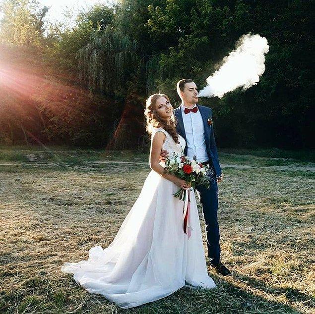 """Yoğun dumanı sebebiyle """"estetik"""" bulunan elektronik sigaralar şimdi düğün fotoğraflarının baş rolünde."""
