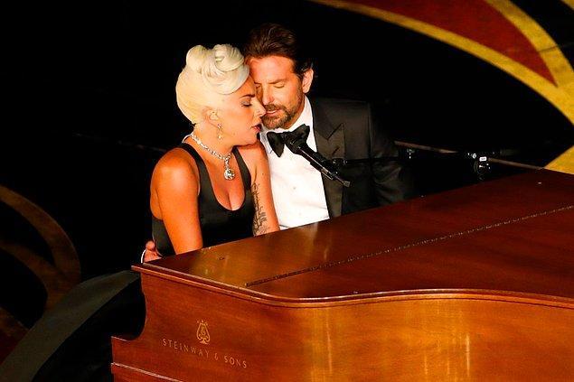 Bradley Cooper ve Lady Gaga, bütün izleyenlerin ve ünlü aktörün sevgilisinin önünde ödül alan şarkılarını tekrar söylediler.