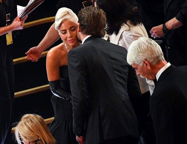 """Geçen haftaki Oscar öncesi partide, Bradley ve Gaga için """"çift gibi davranıyorlar"""" denmişti."""