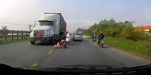 Ağız Dolusu Sövülecek Bir Şoförün Hareketi Yüzünden Motordan Düşüp TIR'ın Altında Kalmaktan Son Anda Kurtulan Anne ve Çocuğu