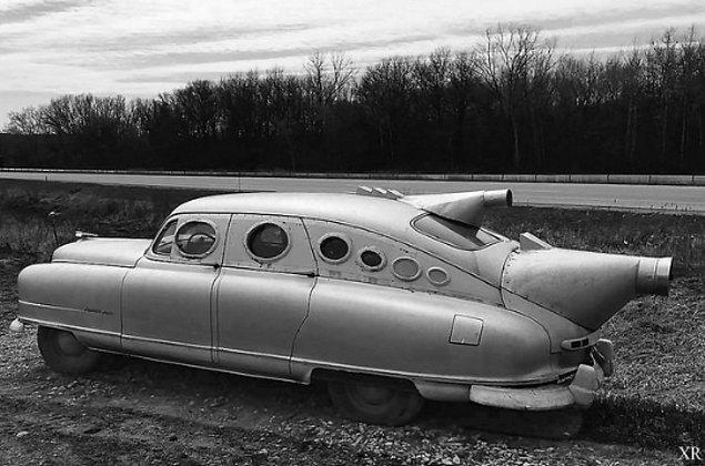 5. Bob Riley'nin tasarladığı fütürist bir araba.