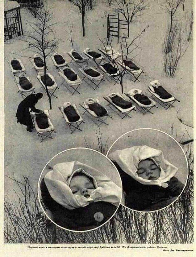 15. 1950 yılında Moskova'daki bir doğum evinde, öğle yemeğinin ardından çocuklar açık havada uyuyor.