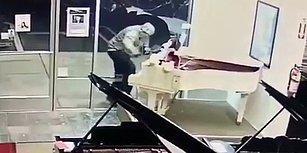 Camı Kırarak Girdiği Dükkandan Değerli Piyanoları Es Geçip Peluş Mickey Mouse Çalan Hırsız