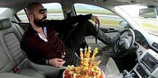 Bir Yandan Meyve Yiyordu: Ayağıyla Araç Süren Trafik Magandasına Verilen Hapis, Para Cezasına Çevrildi