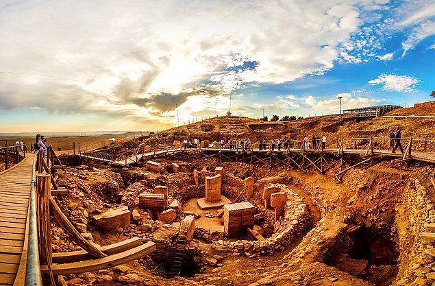 Göbeklitepe: Dünyanın en eski yerleşim yeri hatta tapınağı olarak biliniyor. Yaklaşık 12 bin yıl öncesine ışık tutuyor.