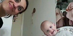 Konuşmayı Bilmemesine Rağmen Annesiyle Koyu Bir Sohbetin İçine Giren Aşırı Tatlı Bebek