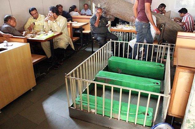 Batı Hindistan'ın Ahmedabad kentinde bir restoranın içinde bulunan mezarlar!