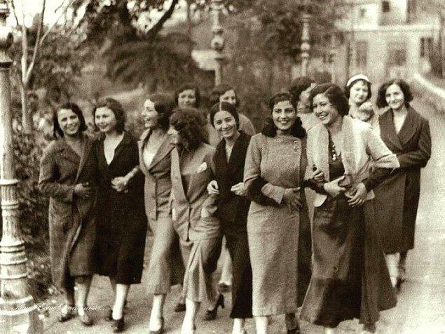 24. İstanbul Şehir Tiyatrosu'nun Dârülbedâyi kızları, İstanbul 1930.