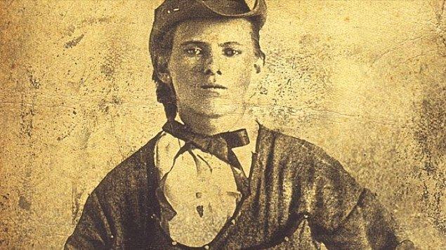 Sadece 35 yıl yaşamış bir soyguncunun, azılı bir çete liderinin, böyle bir üne sahip olmasının hikayesi de bir o kadar ilginç. Karşınızda Vahşi Batı'nın en azılı haydutu Jesse James...