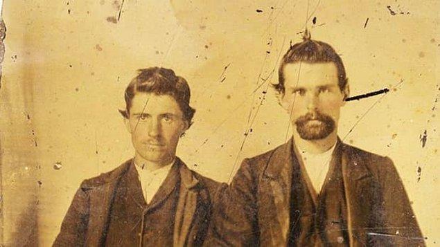 Jesse James'in kardeşi Frank de Güneylilerin safında savaşa katılır ve 1863 yılında Kuzey birlikleri Frank'ı bulmak için Jesse James ve ailesinin evini basar. Baba Samuel'e işkence edilir ve Jessie dövülür. Bu olayın ardından 16 yaşındaki asi Jesse, abisi ile savaşa katılır.