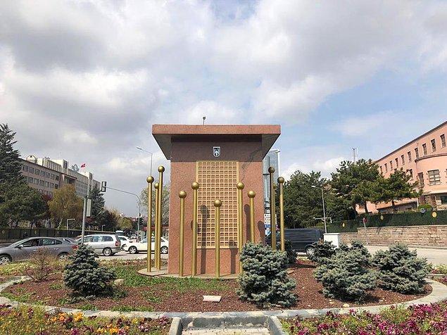 Anıtın yerleştirildiği kaide ise meydanda kaldı