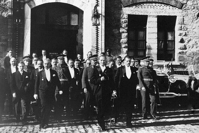 1920 - Türkiye Büyük Millet Meclisi açıldı ve ilk kez toplandı.