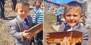 5 Yaşında Muhtar Adayı Olarak Kalplerimizi Kazanan Çağatay, Vaadini Yerine Getirerek Seçmenlerine Çikolata Dağıttı