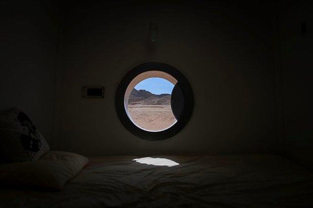 Yatakhane kısmından ise gezegenin dış yüzeyini bu küçük pencerelerden izleyebiliyorsunuz.