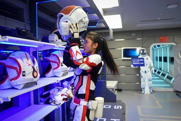 Daha hafifletilmiş ve ileri teknoloji uzay giysileri.