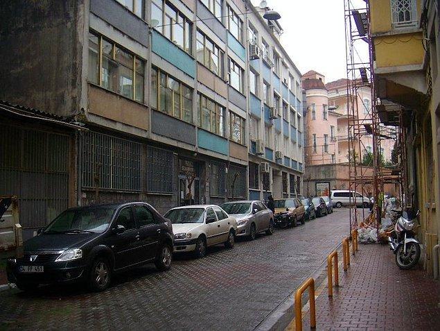 1. Film, Cihangir Güneşli Sokak'ta yer alan Selahattin Zeren Apartmanı'nda çekilmiştir.