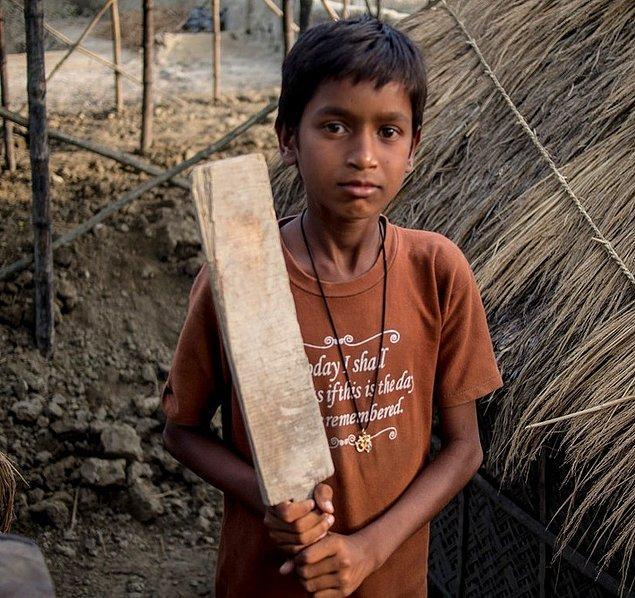 12. Bu fotoğrafta gördüğünüz çocuk ise Hindistan'da yaşıyor ve en sevdiği oyuncağı elleriyle yaptığı kriket sopası.