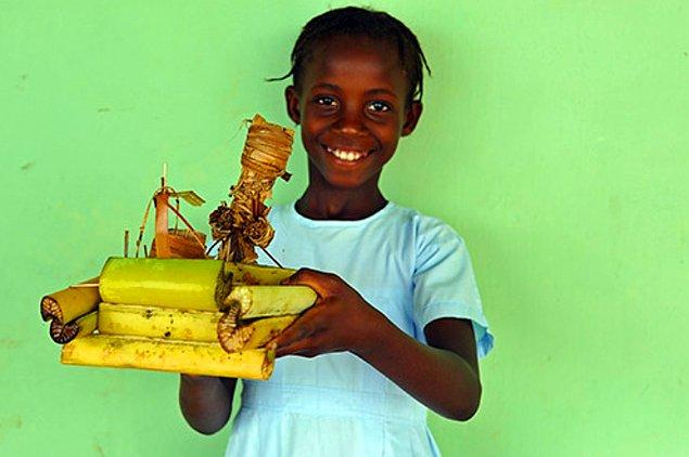15. Yaratıcılığını kullanarak istediği oyuncağı bambulardan yapan çocuk: