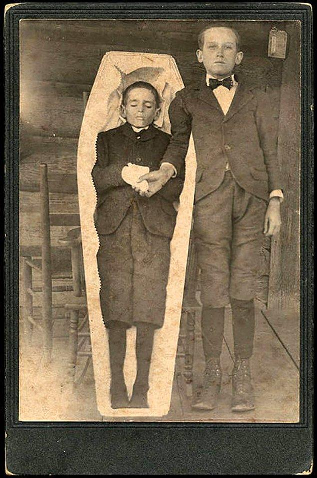 10. Viktoryan döneminde insanlar, yas sürecinin bir parçası olarak kaybettiği yakınlarıyla fotoğraf çekiliyordu.