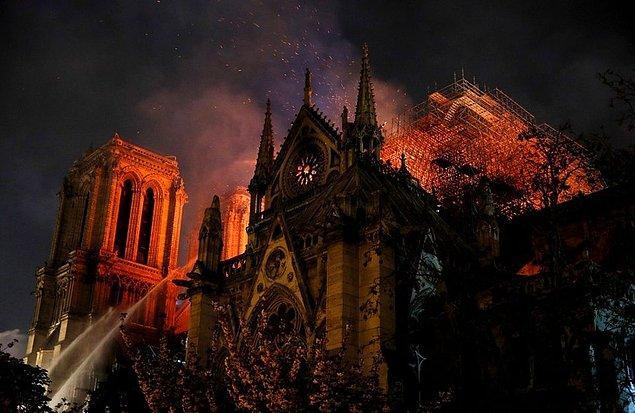 3. Bu fotoğraf Notre Dame yangını sırasında çekildi. Üzücü ama bir sanat eseri gibi görünüyor.