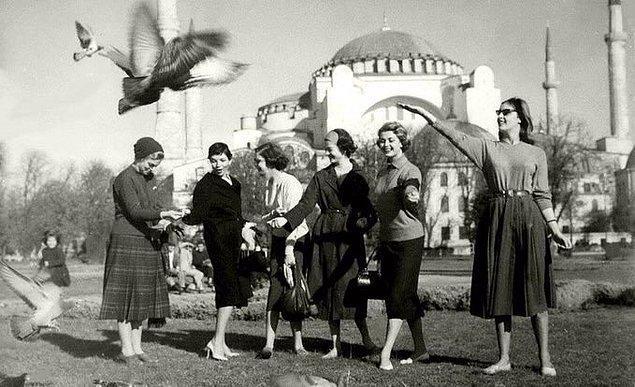 14. Güvercinlere yem veren kadınlar, İstanbul, 1950.