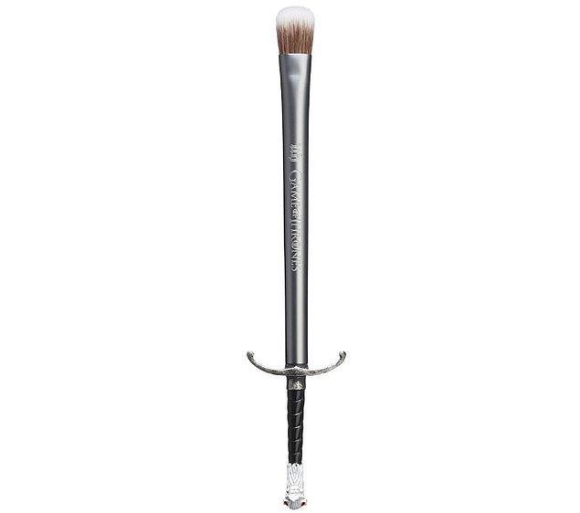 İstersen Jon Snow'un Longclaw kılıcından ilham alınarak tasarlanan bu özel far fırçasıyla,