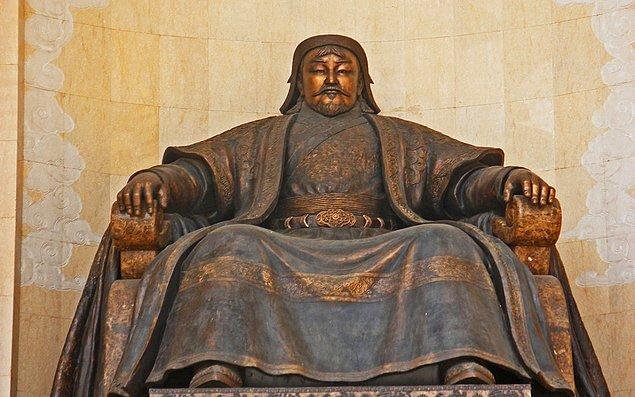 6. Moğol lideri Cengiz Han kimsenin resmini çizmesine, görüntüsünün heykelini yapmasına hatta bir benzerinin bozuk paralara basılmasına bile izin vermemiştir. Ona ait ilk görüntüler, ölümünden sonra ortaya çıkmıştır.