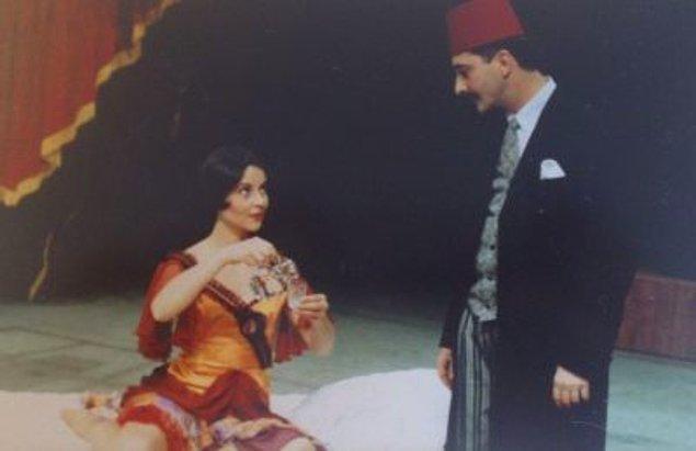 Ama dediğimiz gibi asıl aşk tiyatroda, hakikat o sahne tozunu yutmakta!