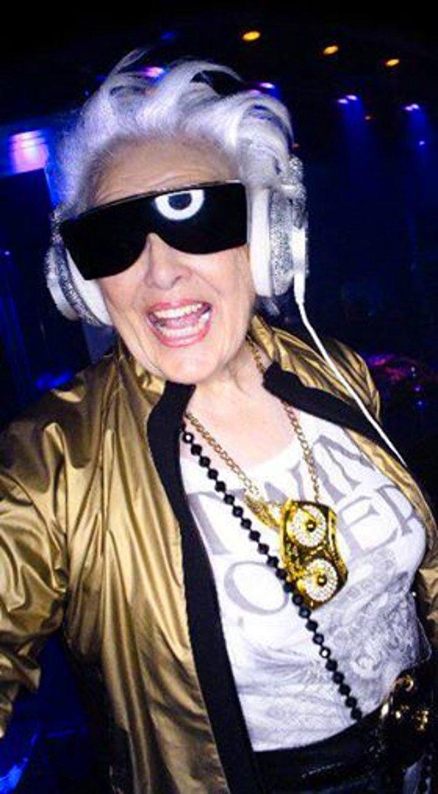 7. Yıllara meydan okuyan çılgın bir DJ daha! 68 yaşındaki Ruth Flowers neredeyse dünyanın her yerinde çalmış bir DJ