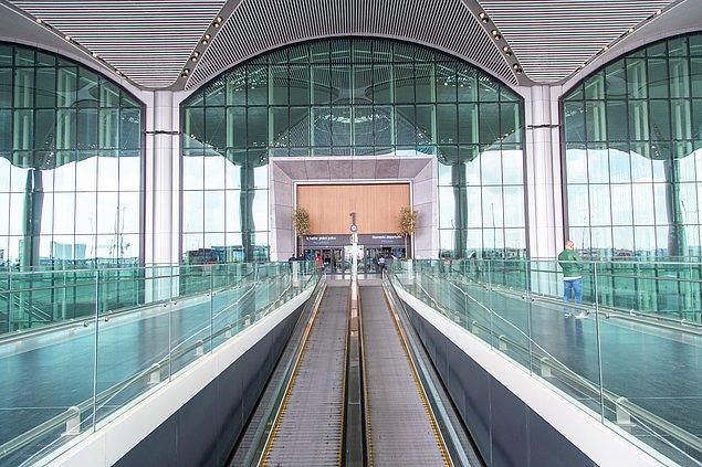 2. Terminalde toplam 7 ana giriş kapısı var. 1 ve 2 numaralı kapılardan iç hatlar, diğer kapılardan dış hatlar bölümüne daha rahat bir şekilde geçiş yapabilirsiniz.