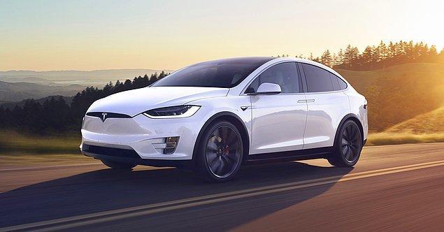 Açık ara en güvenli SUV olarak bilinen Tesla Model X'in en belirgin özelliklerinden biri otomatik pilot özelliği...