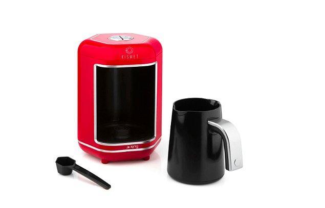 3. Mutfağına çok yakışacak, misafirlerini bol köpüklü kahvelerle ağırlamasını sağlayacak bir Türk kahvesi makinesi