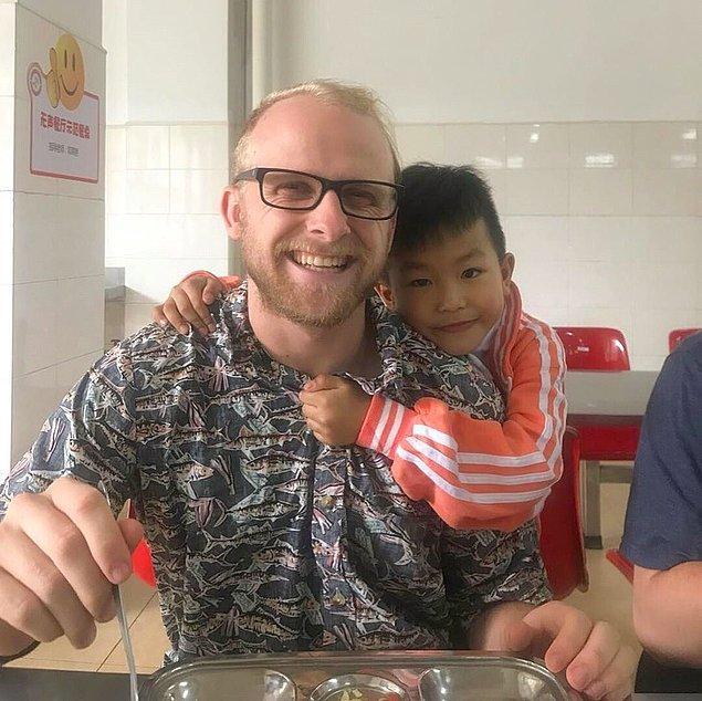 """20. """"Geçen yıl aile hayatı çok fazla geldi ve İngilizce öğretmek için Çin'e gittim. Bu çocuklar, kollarımda kıl olduğu için dünyanın en cool insanı olduğum düşünüyor."""""""