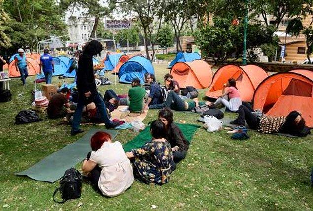 27 Mayıs 2013'te, Gezi Parkı'nın Divan Otel'e bakan duvarının bir kısmı yıkıldı ve 5 ağaç da yerinden söküldü. Parktaki çay bahçesinde oturanların fark etmesi ve sosyal medyadan duyurmasıyla yıkıma engel olundu ve parkta çadırlar kuruldu.