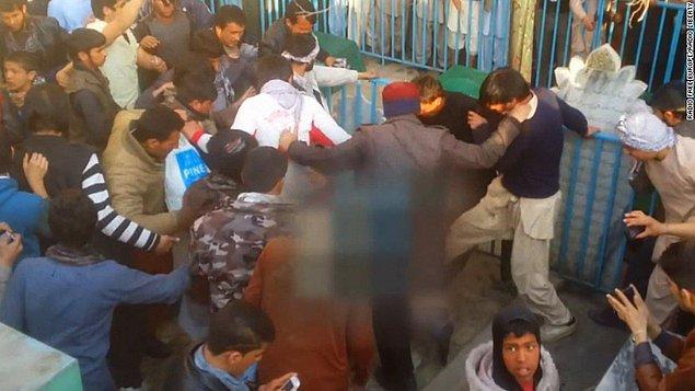 Kalabalık bir anda Ferhunde'nin etrafını sardı, Kur'an'ı neden yaktığı soruldu, iftira olduğunu söylemesine ve polisin müdahalesine rağmen kalabalığın arasında kaldı.