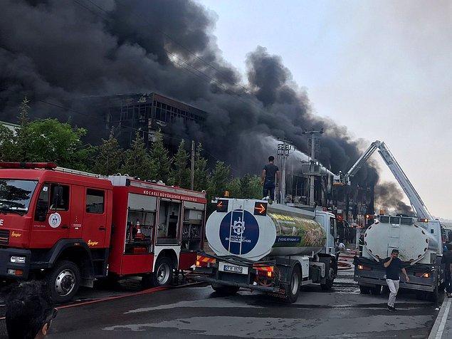 Alevlerin çevredeki fabrikalara sıçramaması için önlem alan itfaiye ekipleri,  yangına güçlükle müdahalede bulundu.