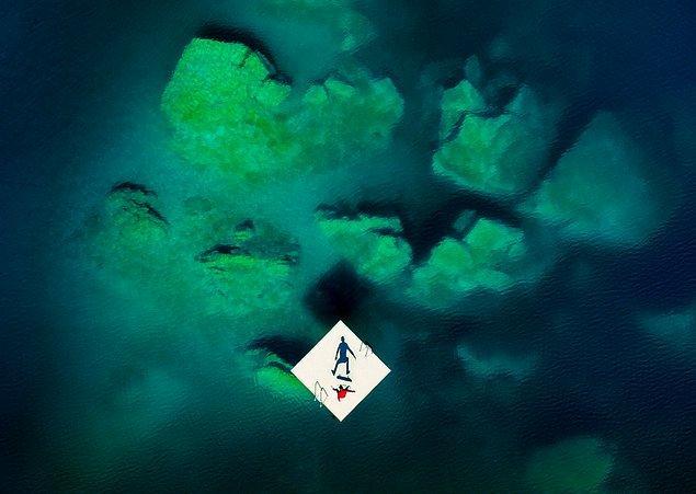 Lorenz Holder imzalı bir diğer fotoğrafta, berrak sular üzerinde kaykayıyla denemeler yapan bir sporcu görüyoruz.